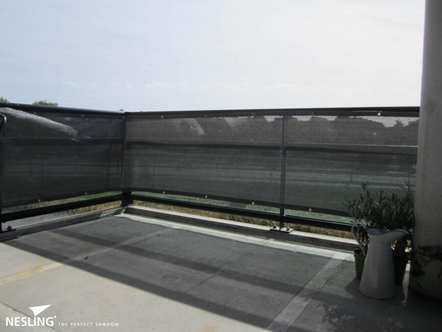 Insynsskydd till balkong i grått.