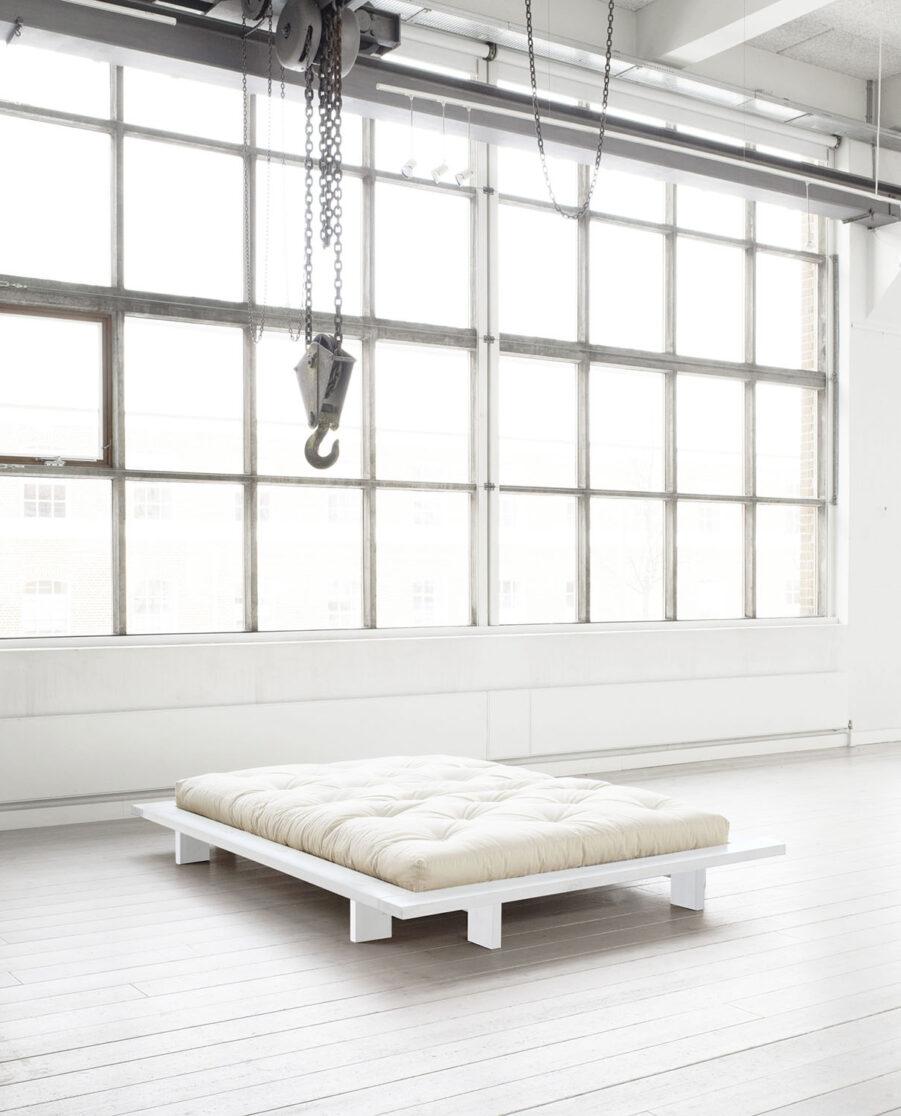 Miljöbild på sängramen Japan i vitt med vit futonmadrass.