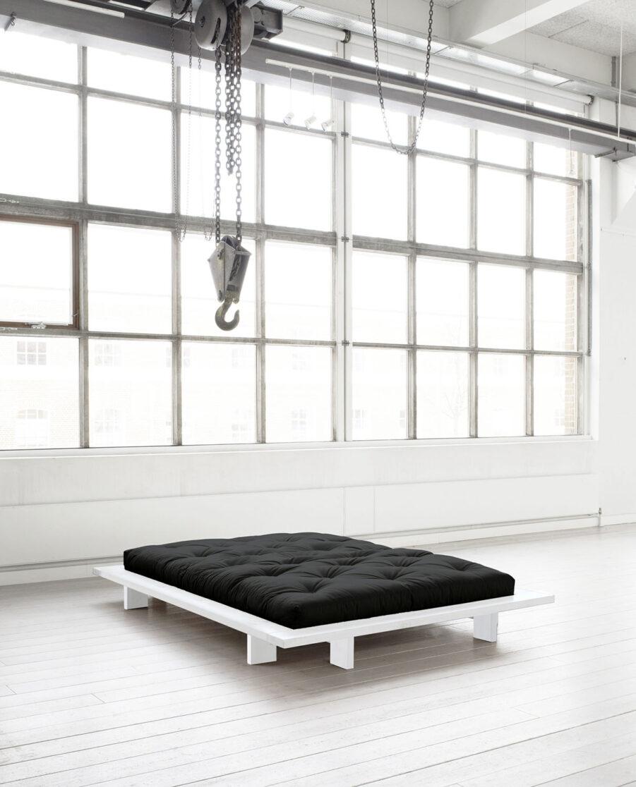 Miljöbild på sängramen Japan i vitt med svart futonmadrass.
