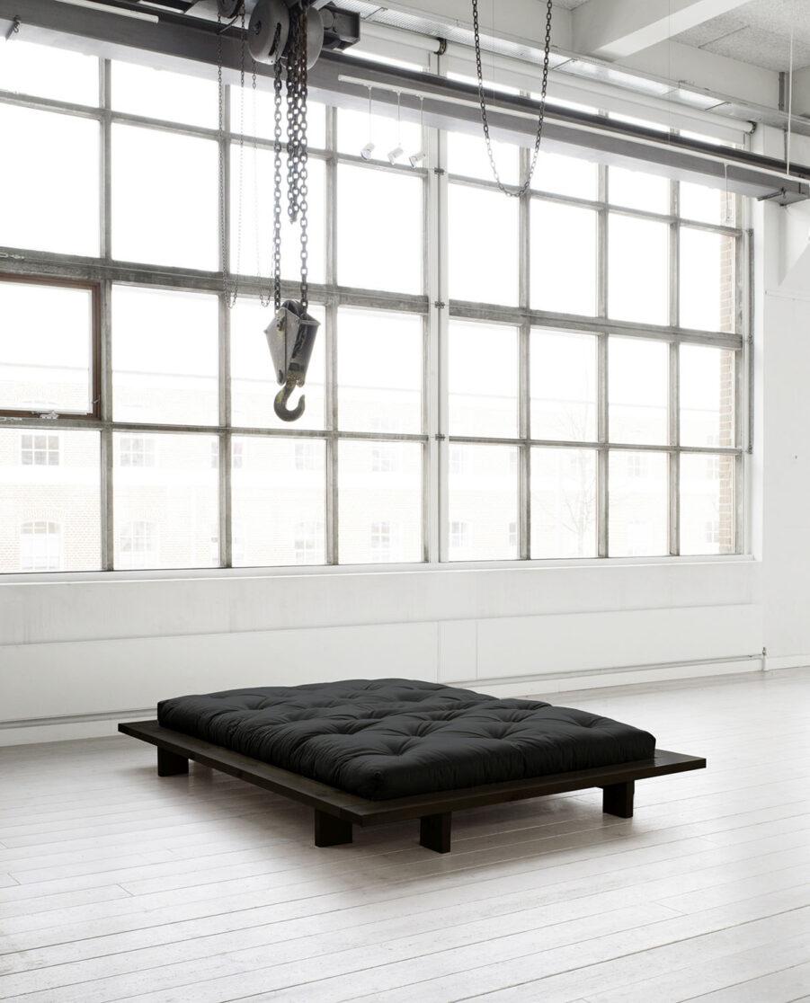 Miljöbild på Japan sängram i svart med svart futonmadrass.