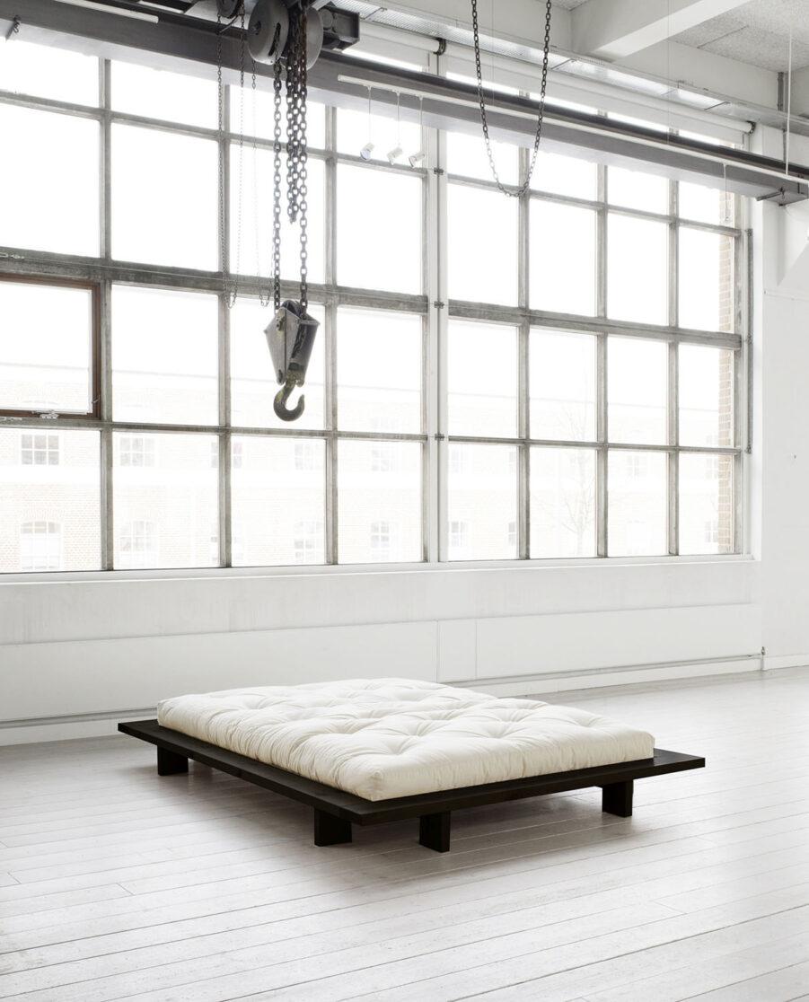 Miljöbild på Japan sängram i svart med vit futonmadrass.