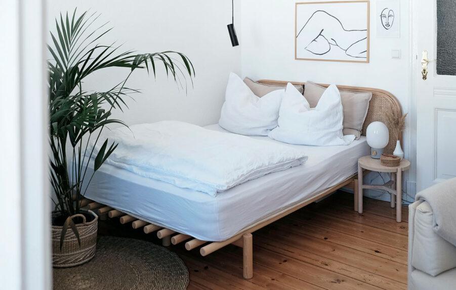 Miljöbild på Pace säng i klarlackerad furu med vändbar madrass.