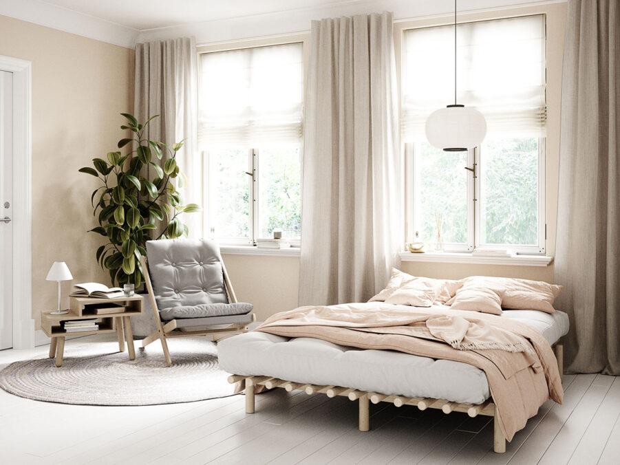 Miljöbild på Pace säng i klarlackerad furu med futonmadrass.