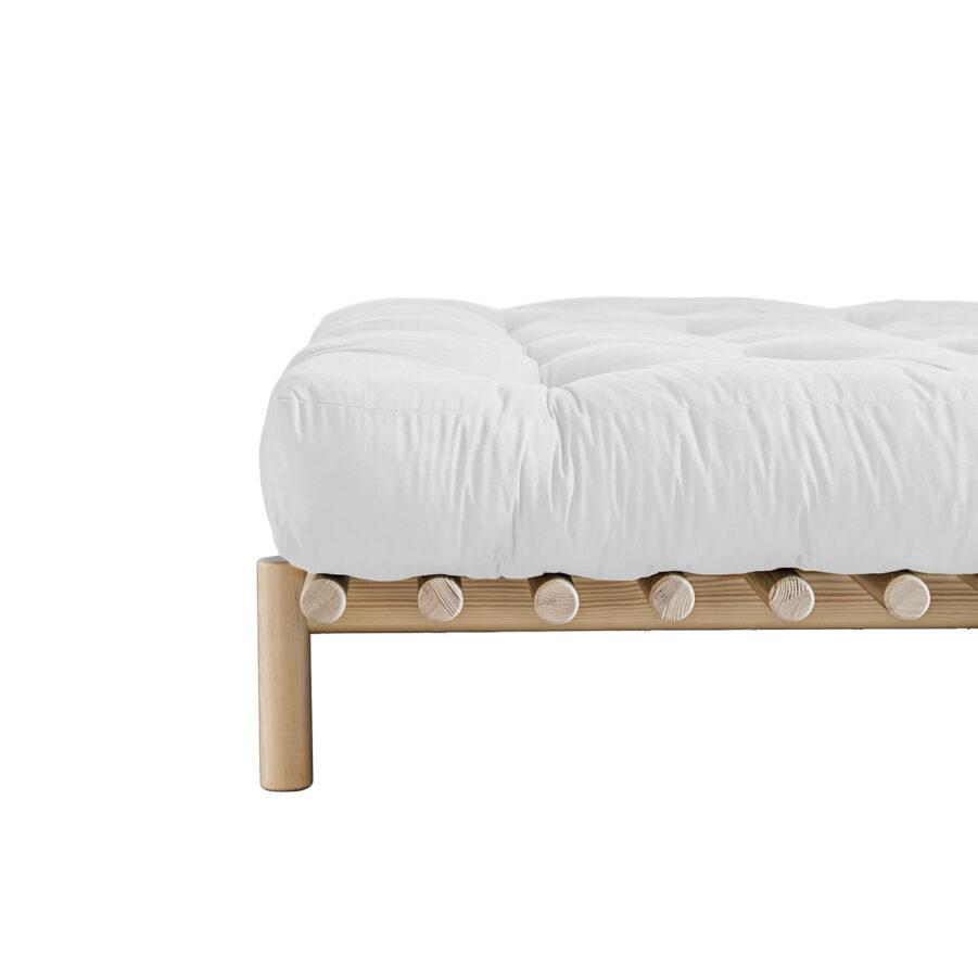 Närbild på Pace säng med futonmadrass.