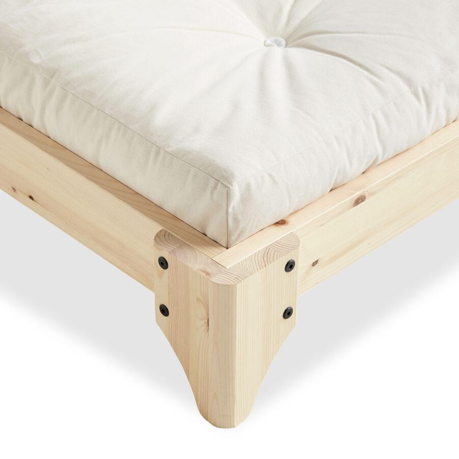Närbild på Elan sängram med futonmadrass i vitt.