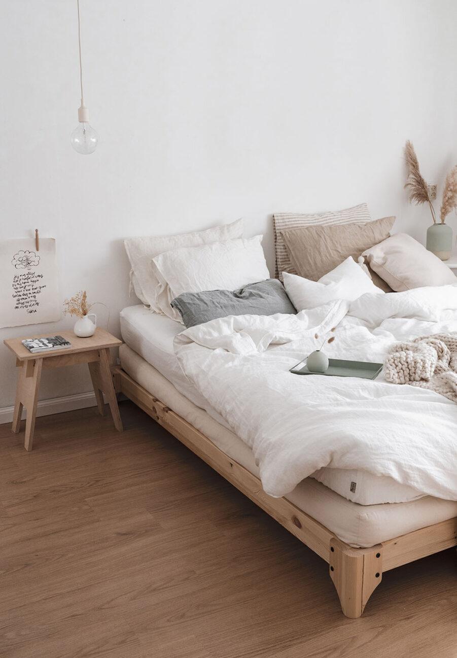 Miljöbild på Elan säng i klarlackerad furu.