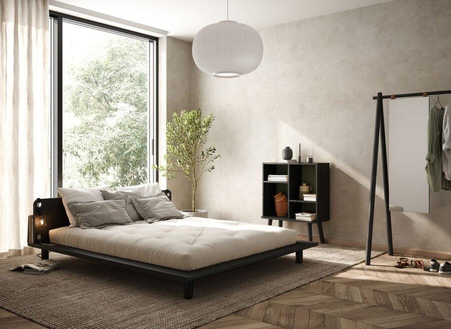 Miljöbild på Peek sängram i svart med vit futonmadrass.