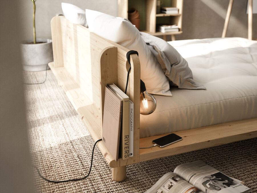 Närbild på Peek säng i naturfärgad furu.