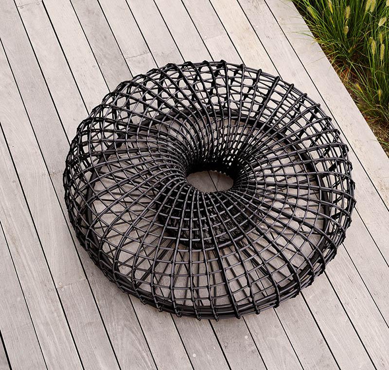 Nest fotpall i lavagrått.