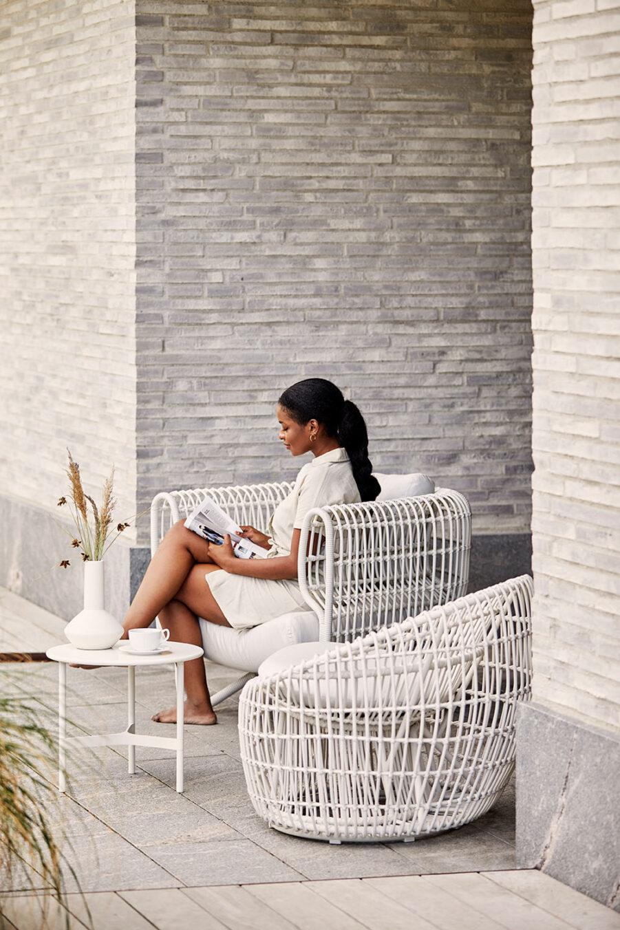 Miljöbild på Nest konstrottingmöbler i vitt.