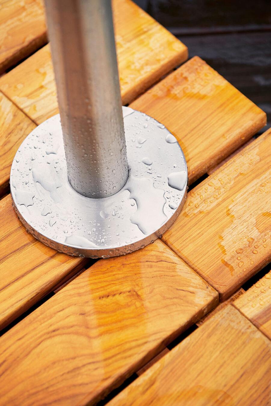Detaljbild på Lagoon utedusch i rostfritt stål med fot.