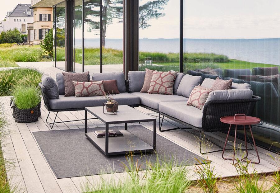 Miljöbild på Horizon soffa i svart.