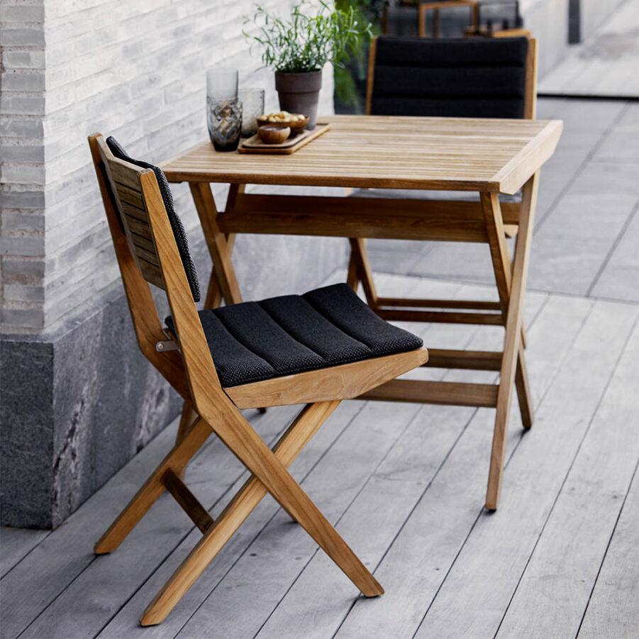 Flip cafégrupp i teak med stolar utan karm.