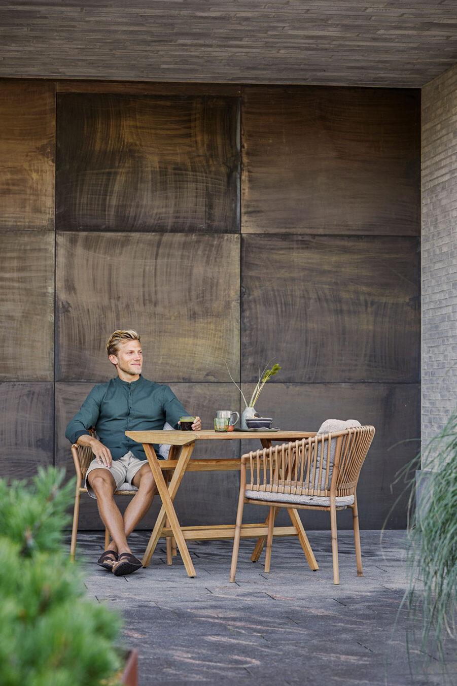 Miljöbild på Flip cafébord med Ocean karmstol.