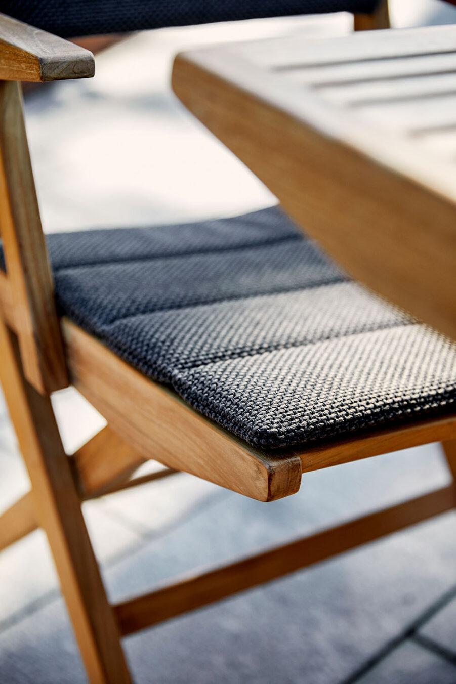 Närbild på Flip karmstol med dyna.