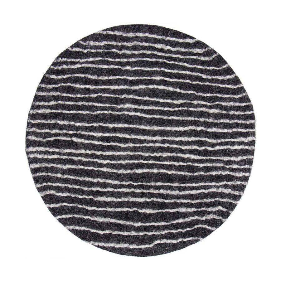 Felt Stripe sittdyna i mörkgrå och vit.