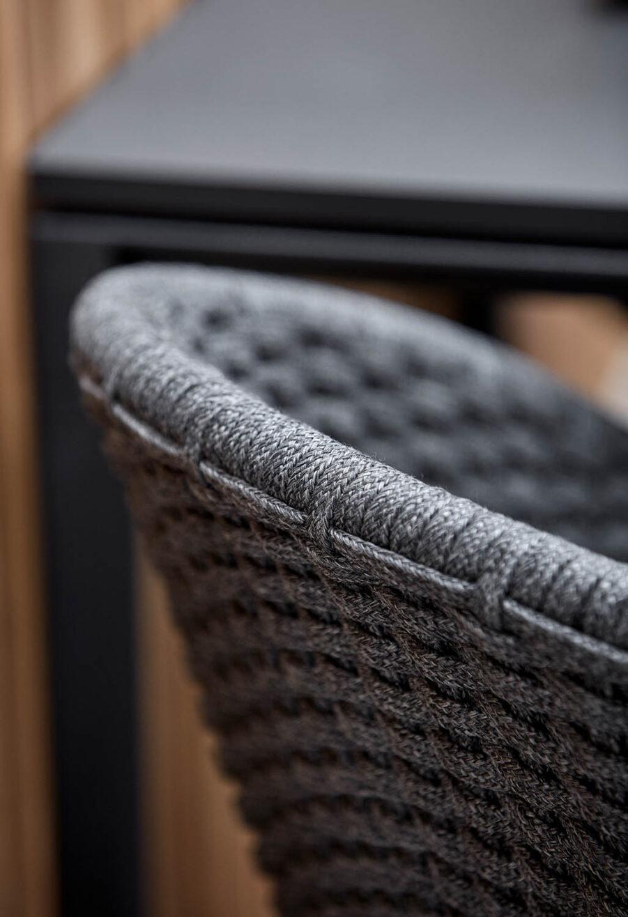 Detaljbild på Peacock akrmstol för inomhusbruk.