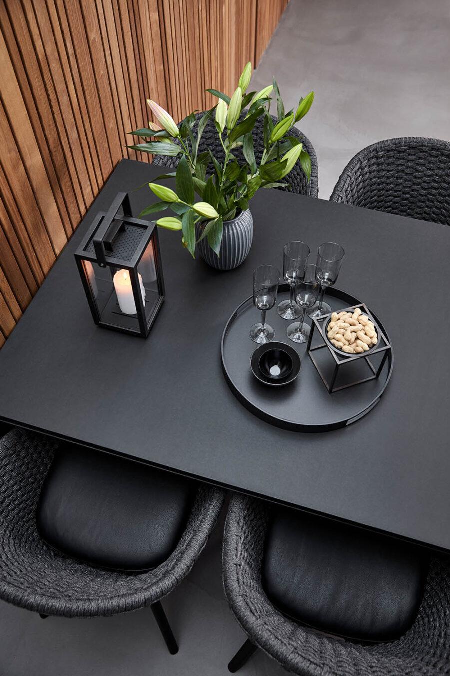 Miljöbild på Peacock karmstolar tillsammans med Purte bord i en matgrupp.