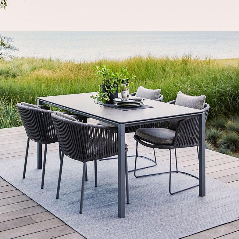 Pure matbord med Moments karmstol.