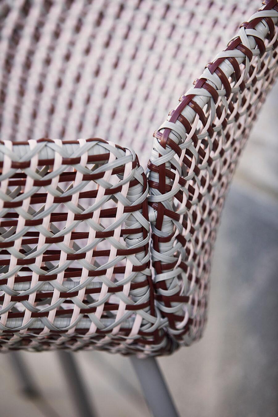 Detaljbild på Vibe fåtölj i vinrött och rosa.