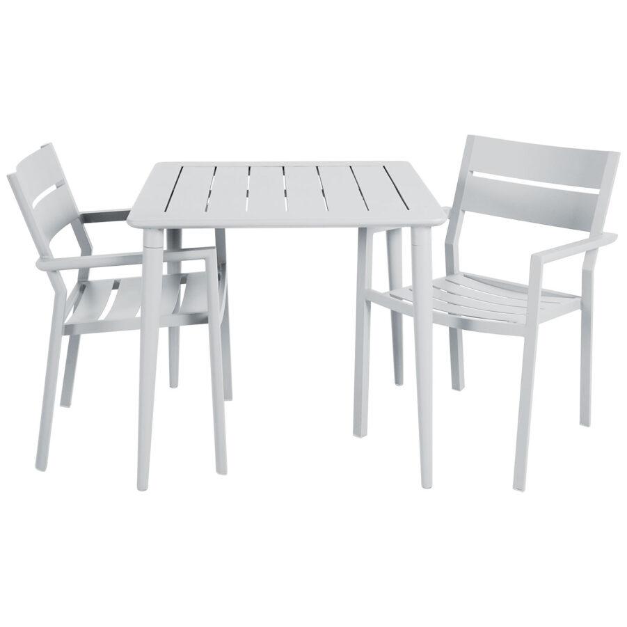 Delia och Nimes cafégrupp med två karmstolar i vitt.
