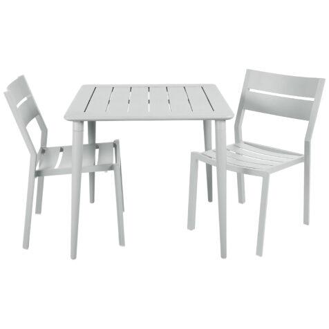 Delia och Nimes cafégrupp med två matstolar i vitt.