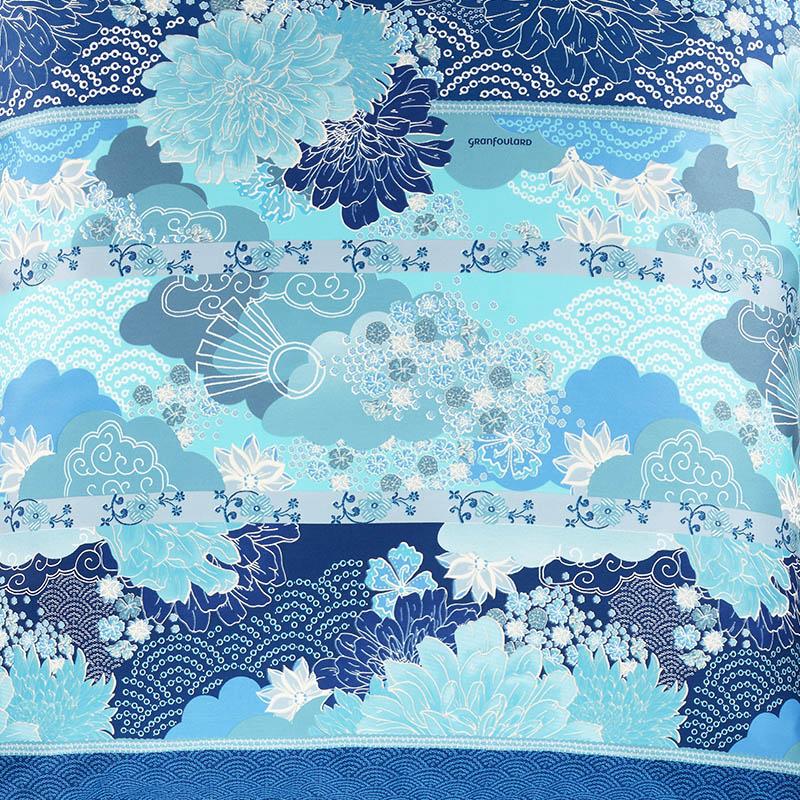 Närbild på Madama Butterfly örngott i blått.