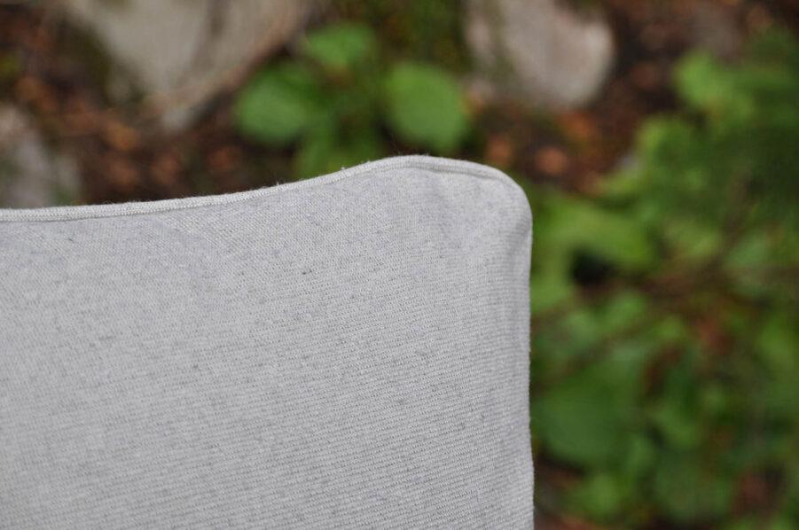 Närbild på Eco ryggdyna i färgen pärlgrå.