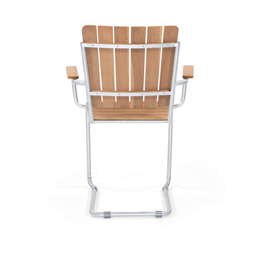 Sigtuna karmstol i teak med galvaniserat stativ.