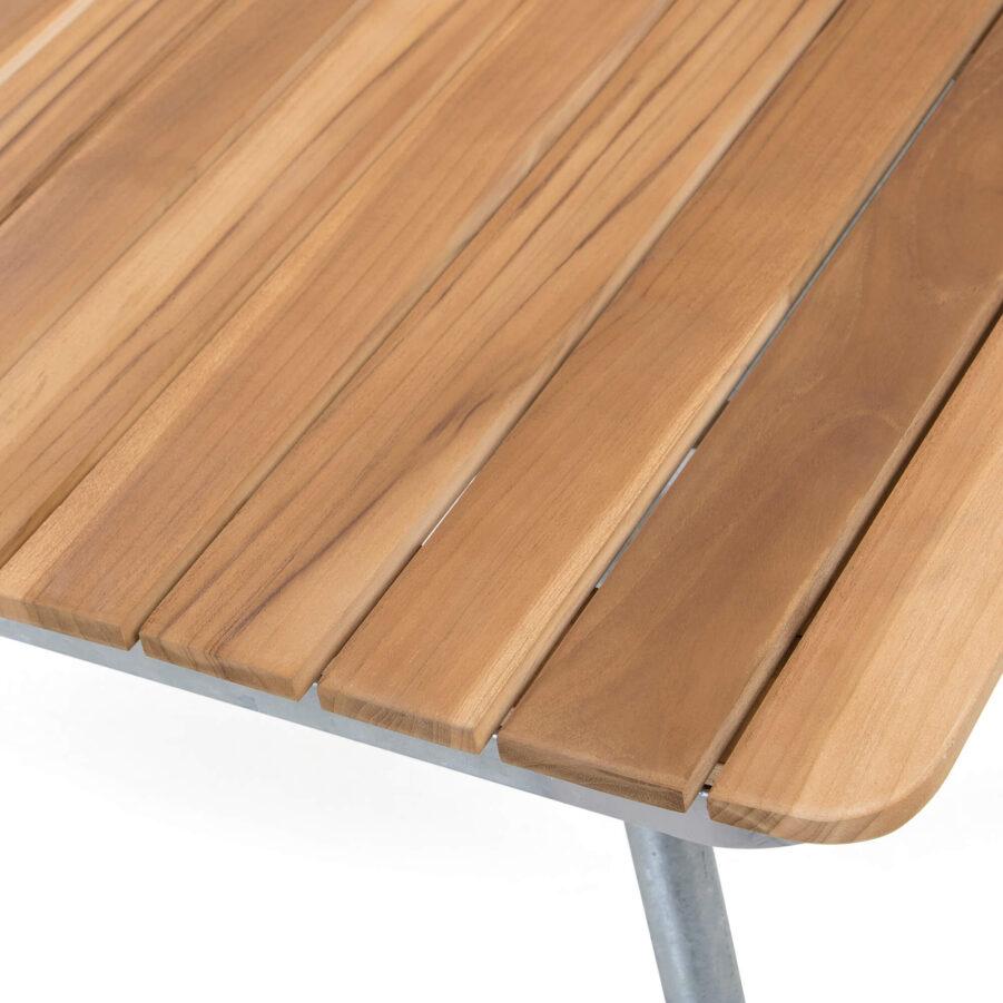 Detaljbild på Sigtuna matbord 160x90 cm i teak med galvaniserat stativ.