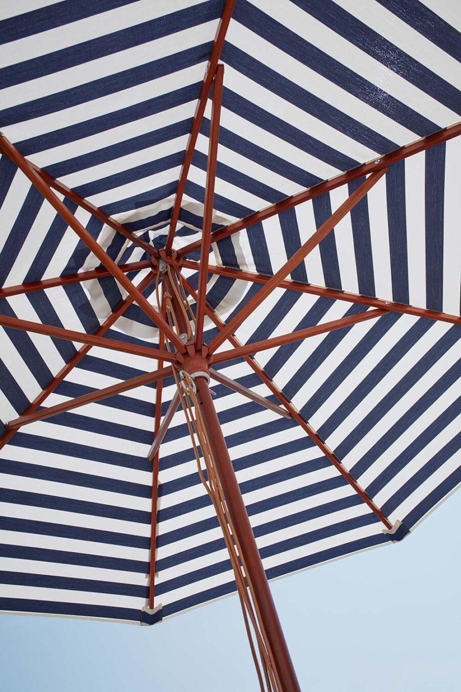 Närbild på Messina parasoll i blårandigt.