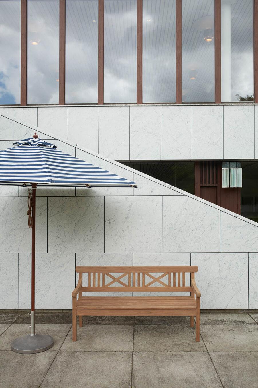 Miljöbild på Messina parasoll i blårandigt.