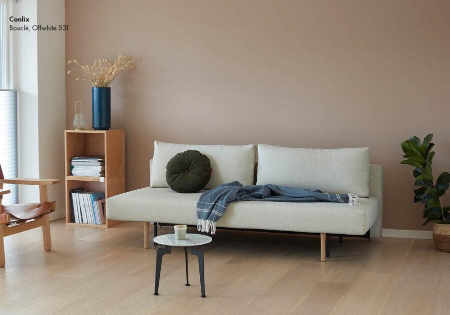 Miljöbild på Conlix soffa i färgen Boucle offwhite.