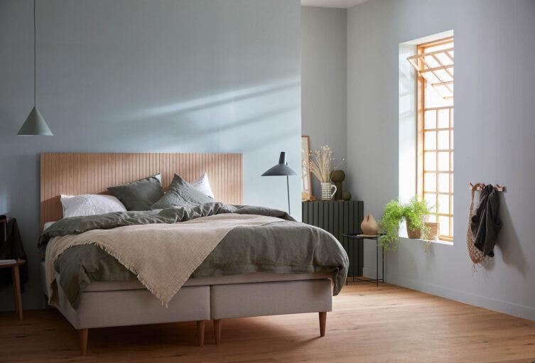 Miljöbild på Hilding Family Plus kontinentyalsäng med sänggavel i ek natur.