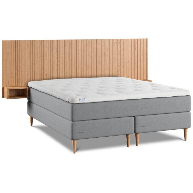 Bild på Hilding Family Plus kontinentyalsäng med sänggavel i ek natur med sidogavlar.