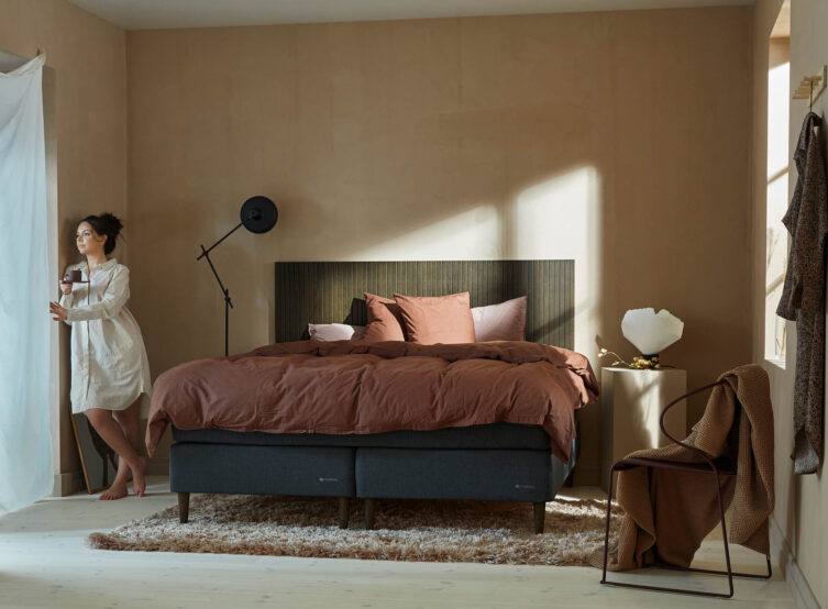 Miljöbild på Hilding Family kontinentalsäng med sänggavel i rökt ek.