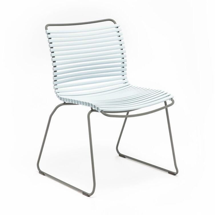 Click matstol i färgen dusty blue.