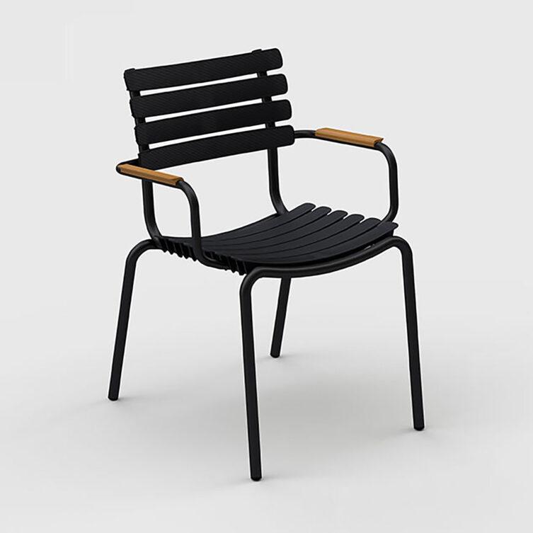 ReClips matstol i svart med armstöd i bambu.