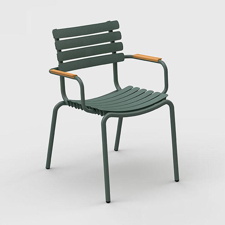 ReClips karmstol i grönt med armstöd i bambu.